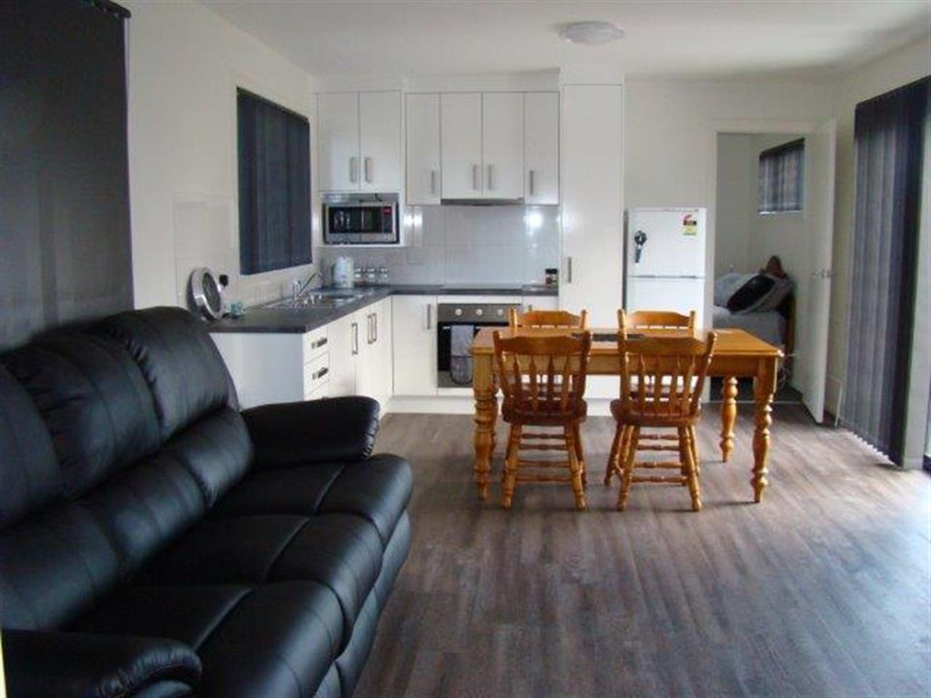 Tassie holiday homes self contained cabins for Self contained cabin